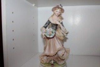 VINTAGE CLASSIC GALLERY COLLECTIONS STATUE OF A WOMAN C-6642