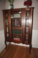 ANTIQUE CHINA / CURIO CABINET - USHALL