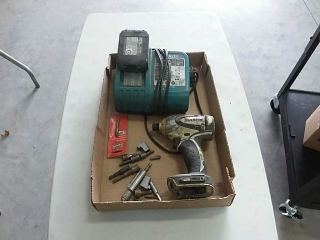 Makita cordless screw gun with charger, battery,