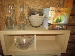 Glass lot: 8 decanters, 2 bowls, 4 bowls, trifle w