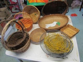Lot of baskets , 2 metal hanging baskets