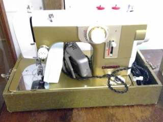 Bay Crest Sewing Machine With Table Lamp