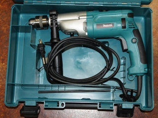 (1) Makita 120V Electric 2-Speed Hammer Drill Model HP2070F (Case Included)