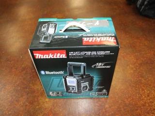 (1) Makita 18V LXT Lithium-Ion Cordless Bluetooth Job Site Radio (Radio Only) Model XRM04B