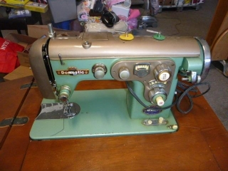 DOMESTIC SEWING MACHING IN TABLE