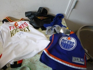 DOG COATS, JERSEYS (CLGRY FLAMES - M, OILERS - 5/6