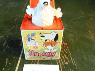 VINTAGE SNOOPY MATTEL JACK IN THE BOX TOY