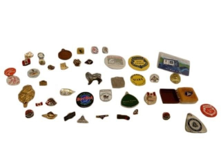 GROUPING OF COLLECTIBLES PINS, KEY CHAIN, CLIP +