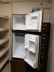 small muti shelf apt size refrigerator (bottom)