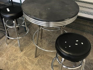 Table with 2 bar stools