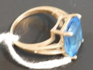 Ladies 14kt yellow gold ring with blue tanzanite