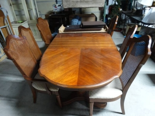 Very nice dining table set. 2 captain chairs and 4 side chairs. 1 leaf and table cover included.