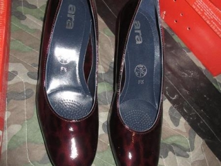 Ladies Shoes - Size 4 UNRESERVED