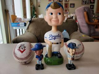 Lot of 3 Bobble Head and 2 Baseballs. Royals, Sammy Sosa Mini and Giambi mini