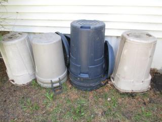 8 Garbage Cans, With 3 Lids {Side o...
