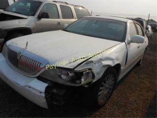 2003 Lincoln Town Car 1LNHM82W43Y658140 White