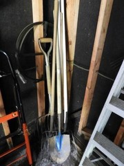 6 piece lot of garden tools to include shovel,