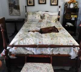 Full size Cherry poster bed with pineapple accents