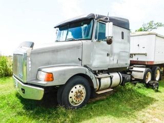1990 GMC White Volvo truck tractor