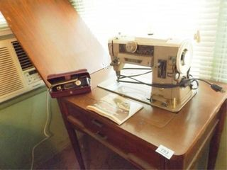 Singer Electric 401 Sewing Machine in Case