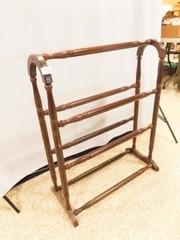 Wood Quilt Rack  33  x 27  x 7