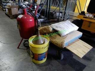 Pnematic 40 Lb. Sandblaster and 3 bags of blastin