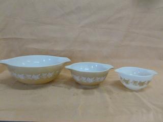 Vintage Pyrex Bowl Set
