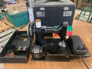 Singer 185J3 Feather Weight Sewing Machine (working condition)