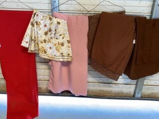 7 TABlE ClOTHES RED ONE IS OVAl 48 x 98  FlORAl