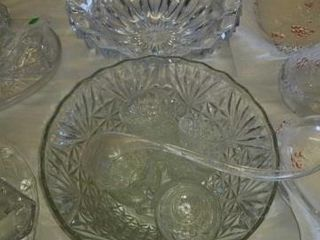CRYSTAl PUNCHBOWl AND 8 CUPS  lARGE THICK