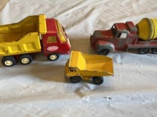 3 lITTlE TOY TRUCKS