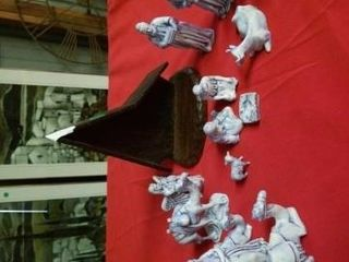 PORCElAIN NATIVITY SET  MANAGER HAS A CHIP