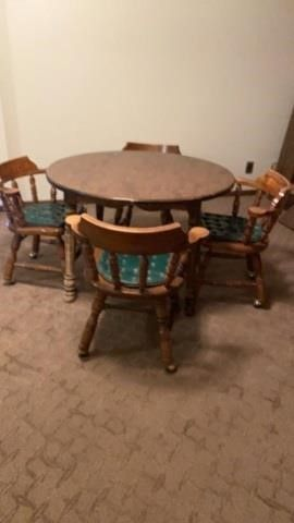 ROUND TABlE WITH 4 CAPTAIN CHAIRS IN GREAT SHAPE