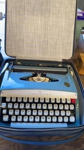 CORONADO MID CENTURY TYPEWRITER WIGH CASE NEW IN