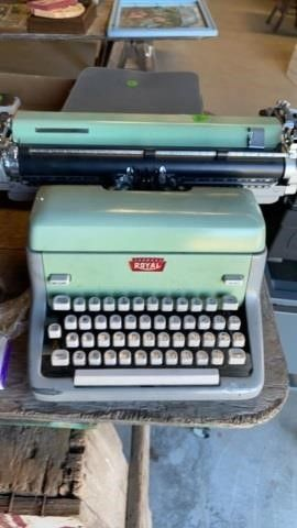 ROYAl OlD TYPEWRITER
