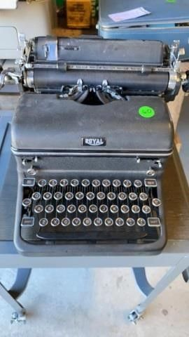 BlACK VINTAGE ROYAl TYPEWRITER THAT PASTOR
