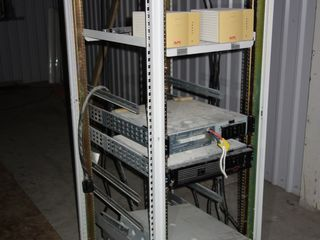 APC COMMUNICATIONS POWER SUPPLY SERVER RACK
