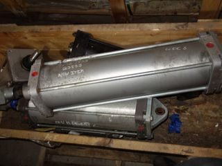 1 CRATE OF ASSORTED VALMET HYDRAULIC CYLINDERS