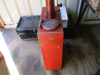VINTAGE OIL CONTAINER WITH HAND PUMP