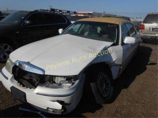 2001 Lincoln Town Car 1LNHM83W21Y688944 White