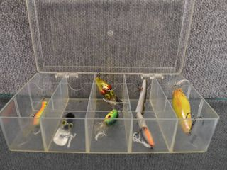 lot of 6 lures Various Makers in Plastic Container   Heddon  Wiggle  Cordell Brands Included
