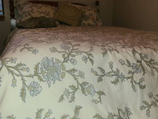 Bedding  Queen Sized  FeatherDown Duvet  3 Pillows and a bed skirt