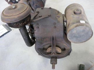 BRIGGS   STRATTON MODEl  B  ENGINE