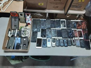 32 Cell Phones (Some Work Or Good For Scrap Gold?)