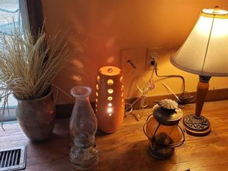 2 Oil lamps  2 Accent Electric lamps  and Vase  chipped  w  Faux Grass