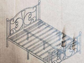 Vintage Metal Platform Bed Frame  Queen   Retail 183 49
