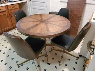 Mid Century Modern Dinnete Kitchen Table and 4 Chairs   leather on Chairs in Exquisite Condition