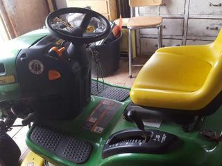 John Deere LA105 lawn tractor. Mint condition!