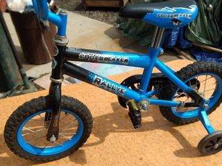 boys code breaker rallye bicycle with training wheels seat is 21 in off the ground