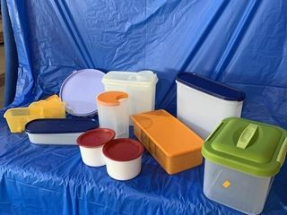 Quantity of plastic containers